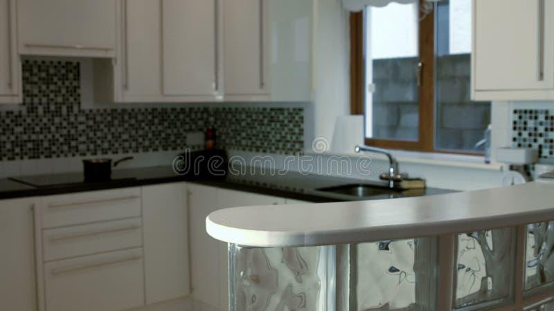 Lengte van teller in keuken stock video video bestaande uit oven
