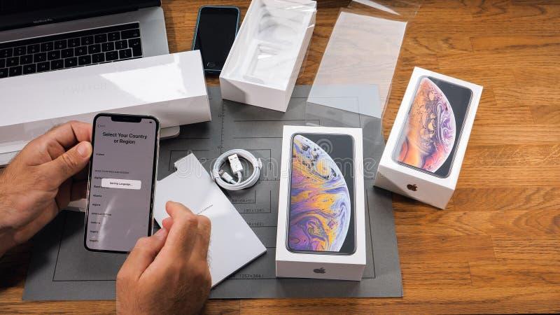 Lengua unboxing del ajuste de Xs Max Xr del iPhone del hombre imagenes de archivo