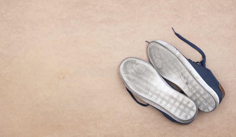 Lenguado sucio blanco de los zapatos del deporte en fondo suave Concepto de activivity imagenes de archivo