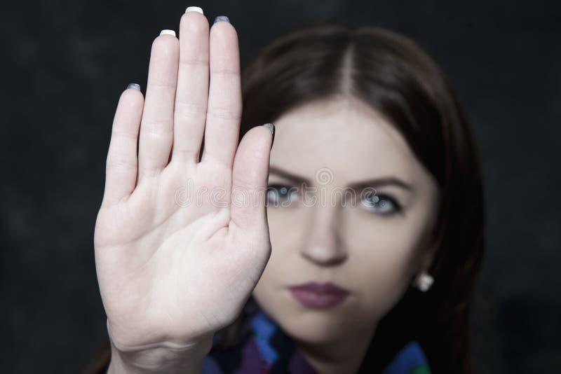 Lenguaje corporal del gesto de la muestra de la mano de la parada de la demostración de la muchacha, gestos, picosegundo fotografía de archivo libre de regalías