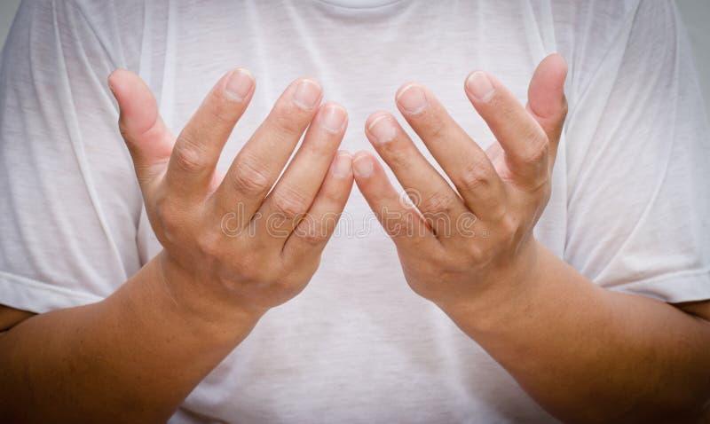 Lenguaje corporal del hombre - él gesticula para mostrar mejor el sentido de sus palabras fotografía de archivo libre de regalías