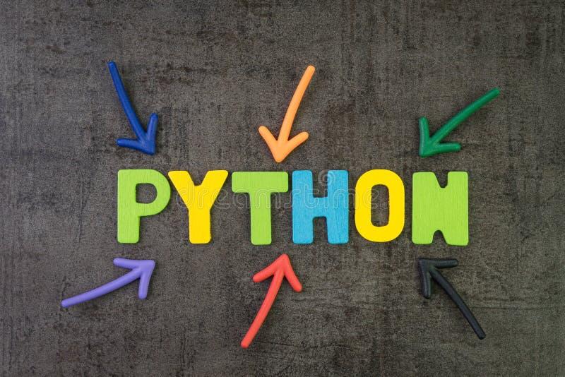 Lenguaje de programación moderno de Python para el desarrollo de programas o concepto del uso, flechas del multicolor que señalan fotografía de archivo libre de regalías