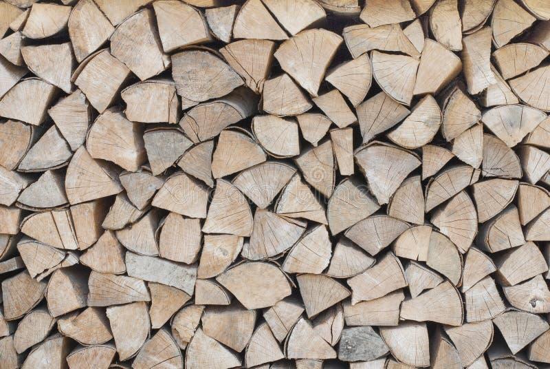 A lenha é empilhada em um woodpile imagem de stock