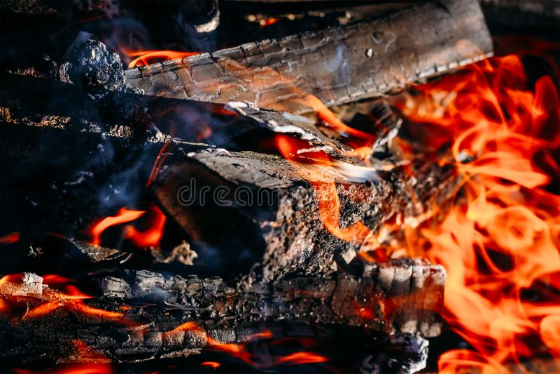Lenha ardente das brasas do carvão vegetal com cinzas e chamas fotografia de stock royalty free