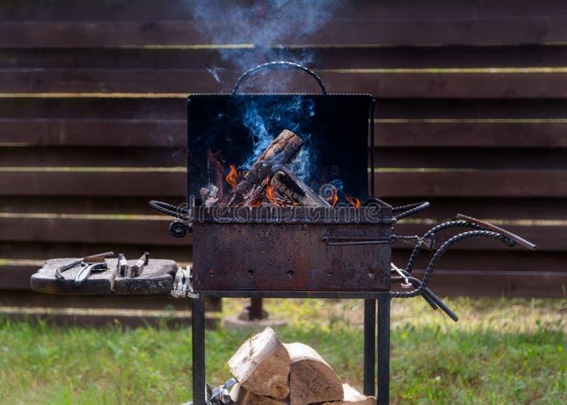 Lenha ardente e preparação para o assado fora no harde foto de stock royalty free