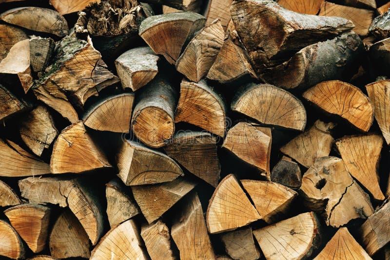 Lenha armazenada natural em uma pilha, fundo abstrato de madeira, imagem de stock