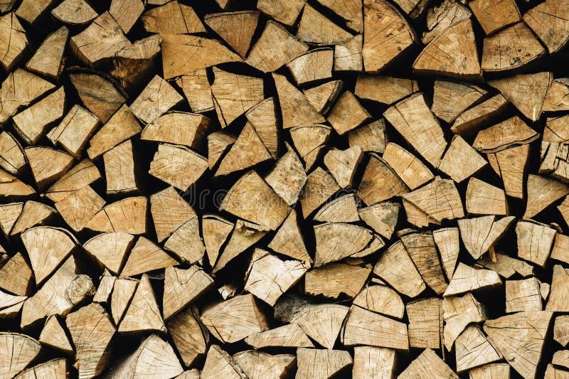 Lenha armazenada natural em uma pilha, fundo abstrato de madeira, fotografia de stock