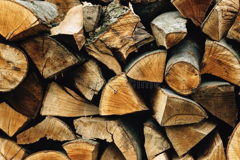 Lenha armazenada natural em uma pilha, fundo abstrato de madeira, fotos de stock