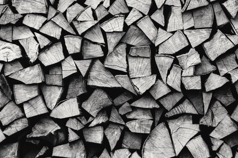 Lenha armazenada natural em uma pilha, fundo abstrato de madeira, foto de stock