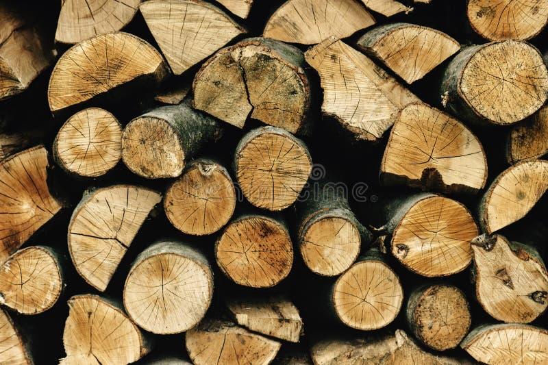 Lenha armazenada natural em uma pilha, fundo abstrato de madeira, imagem de stock royalty free