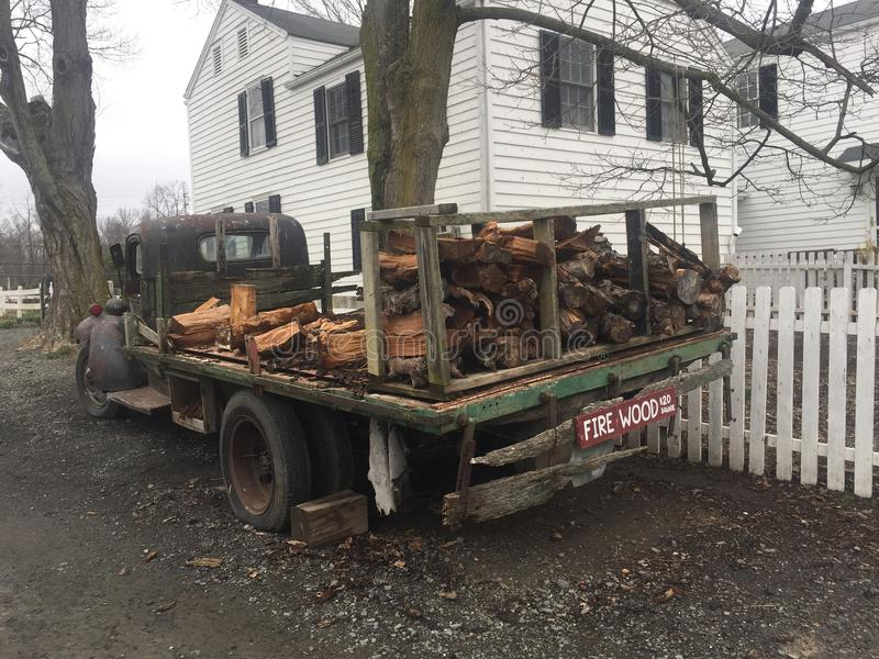 Lenha da casa da quinta do caminhão do vintage da exploração agrícola imagens de stock