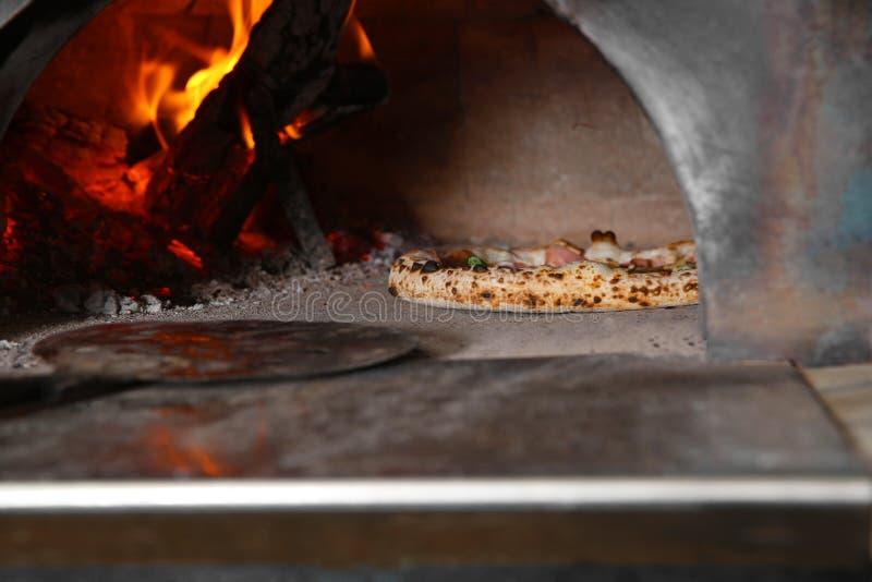 Lenha de queimadura e pizza saboroso no forno fotos de stock royalty free