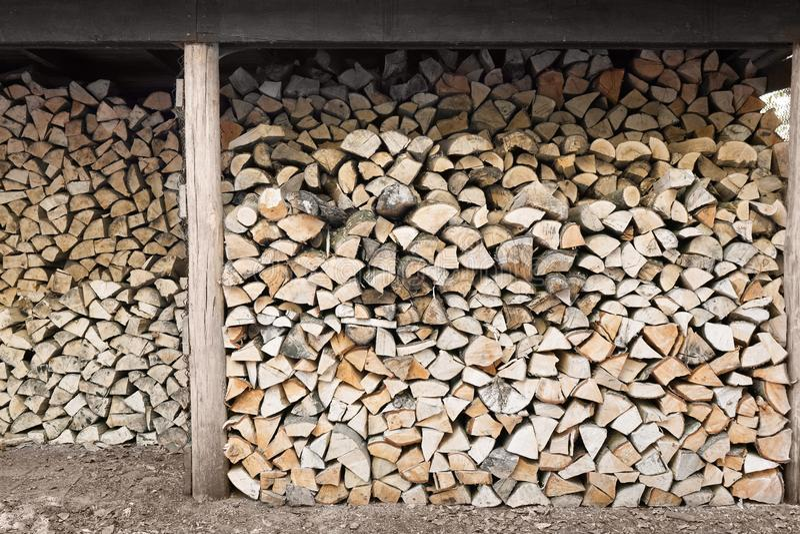 Lenha empilhada na vertente da madeira imagem de stock royalty free