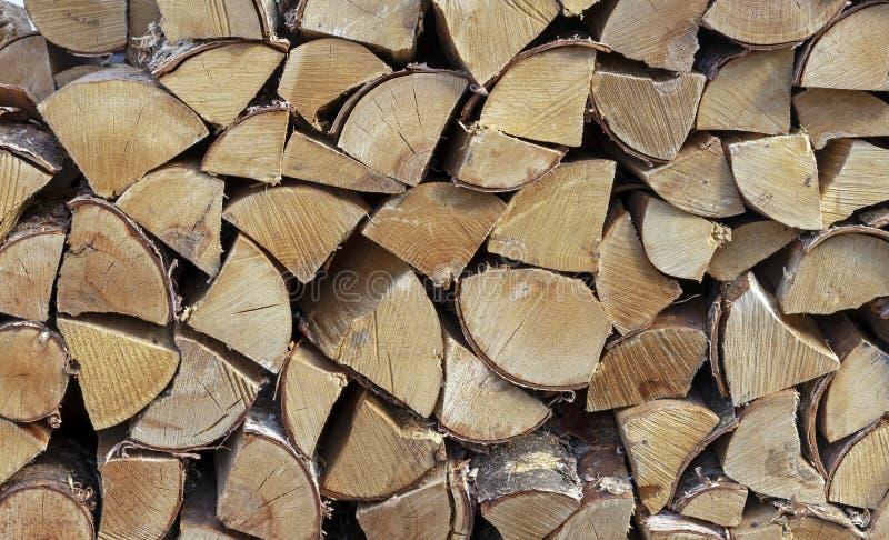Lenha empilhada para inflamar um fogão, uma chaminé, um assado ou uma fogueira Fundo da lenha Textura de madeira imagens de stock royalty free
