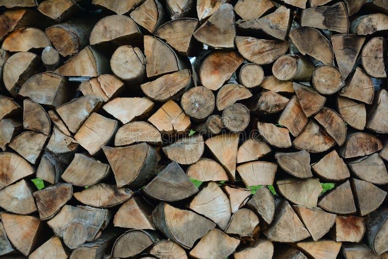 Lenha empilhada para o armazenamento Armazene a lenha Madeira queimada como o fue fotos de stock