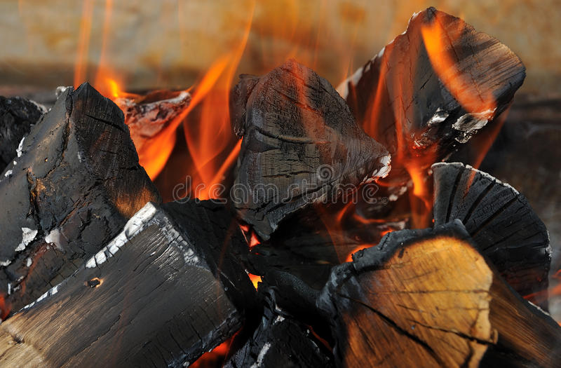 A lenha está no fogo fotografia de stock