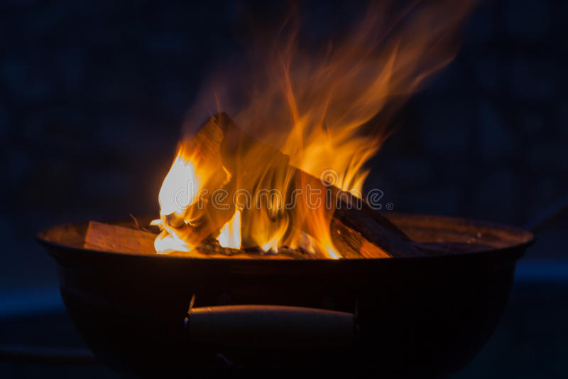 Lenha que queima-se na bacia da grade fotografia de stock
