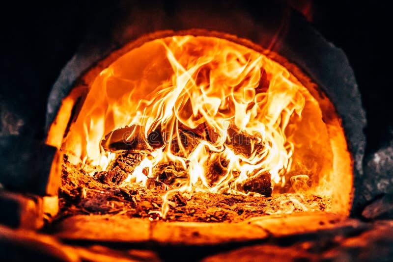 Lenha que queima-se na fornalha fotos de stock