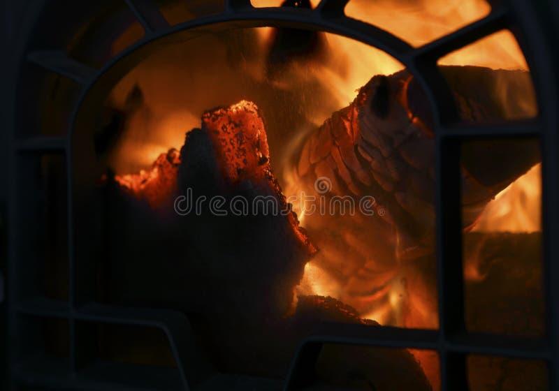 Lenha que queima-se no forno velho do ferro Feche acima com espaço da cópia para o texto imagens de stock royalty free