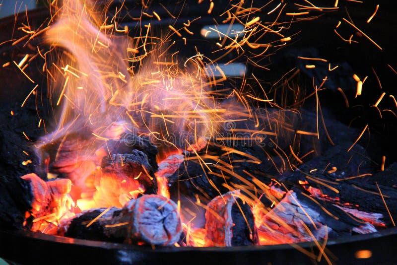 Lenha que queima-se no soldador foto de stock