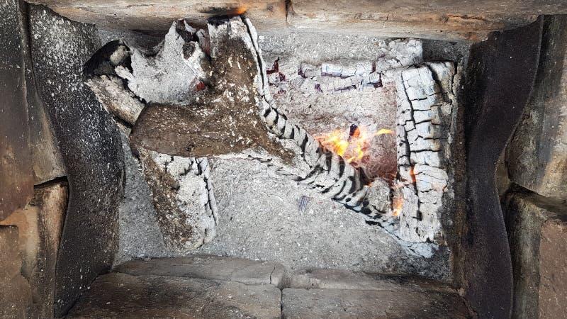 A lenha queimou-se ao close up das cinzas Textura de madeira de queimadura rachada com fundo cinzento da cinza no soldador fotografia de stock royalty free
