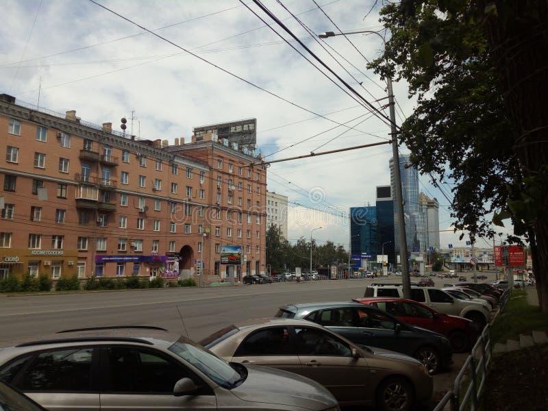 Lenin-Allee in der Stadt von Tscheljabinsk in Richtung der Tscheljabinsk-Traktoranlage und des namensgebenden Bezirkes der Stadt lizenzfreie stockbilder