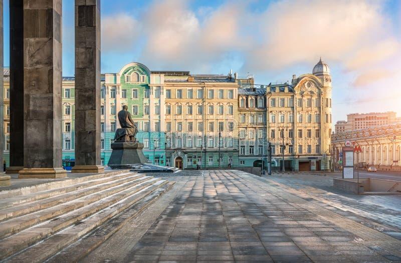 Lenin arkiv i Moskva och monument till Dostoevsky royaltyfri fotografi