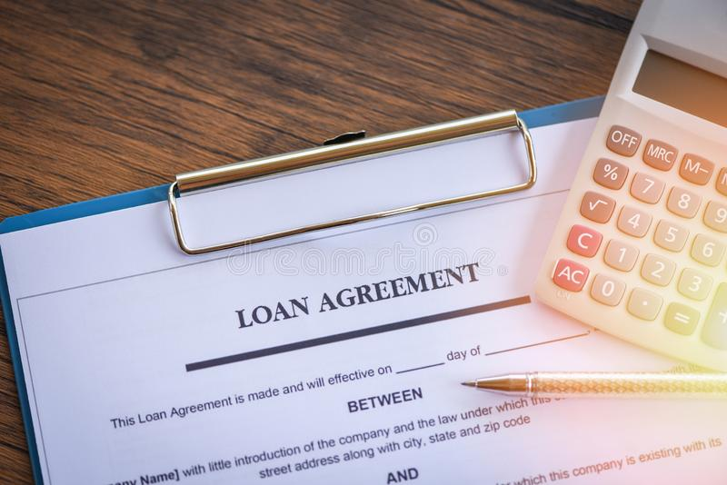 Leningsaanvraagformulier met pen en calculator op document financiële hulp stock foto