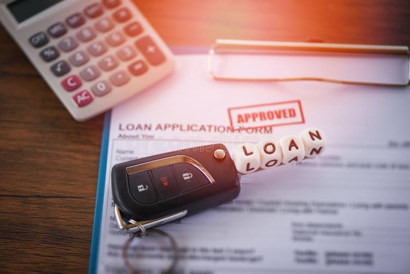 Leningsgoedkeuring - financieel leningsaanvraagformulier voor geldschieter en lener voor auto met sleutel en calculator op het li stock afbeeldingen