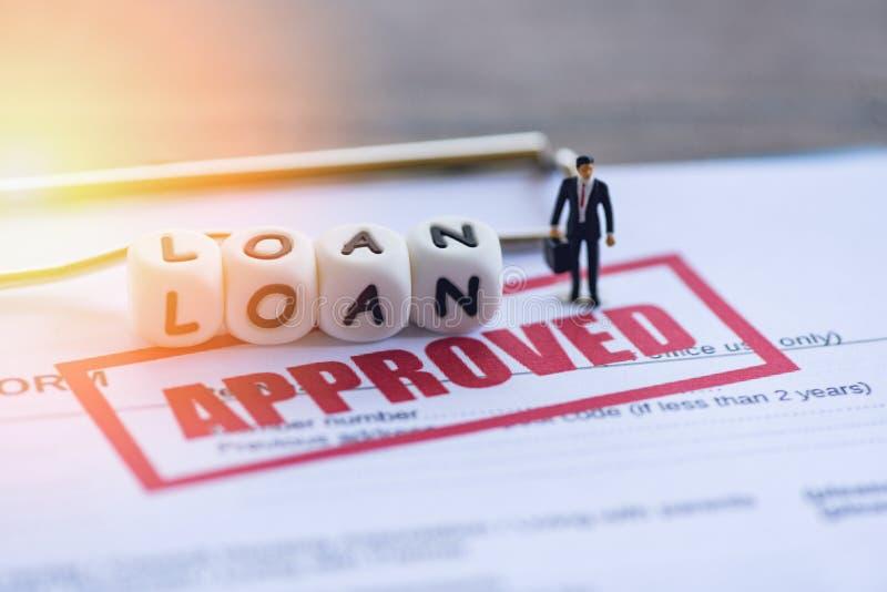 Leningsgoedkeuring/Zakenman financiële Status op leningsaanvraagformulier voor geldschieter en lener stock foto