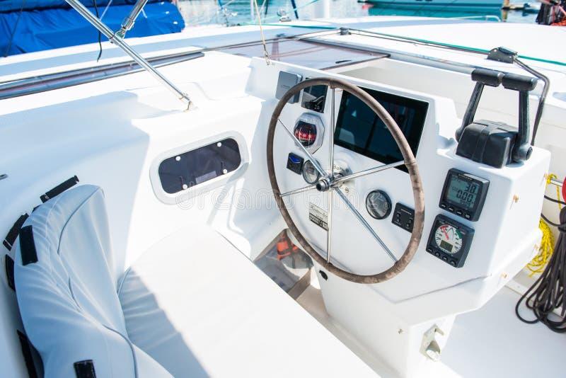 Lenkrad auf der Yacht lizenzfreie stockbilder