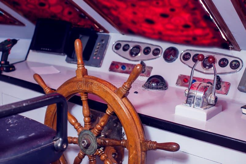 Lenkrad und Bedienfeld auf einer Yacht stockbilder