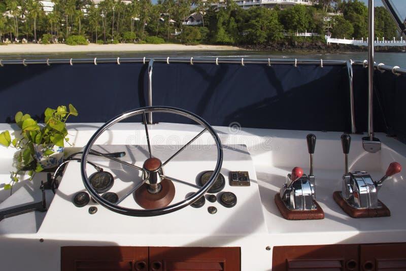 Lenkrad und Bedienfeld auf Yacht lizenzfreie stockbilder