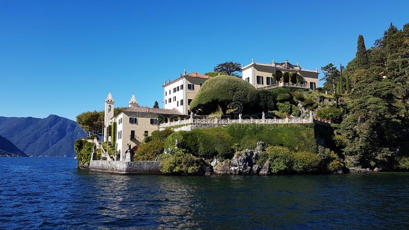Lenno, Italien - härlig trädgård och Villa del Balbianello på Como sjön arkivfoto