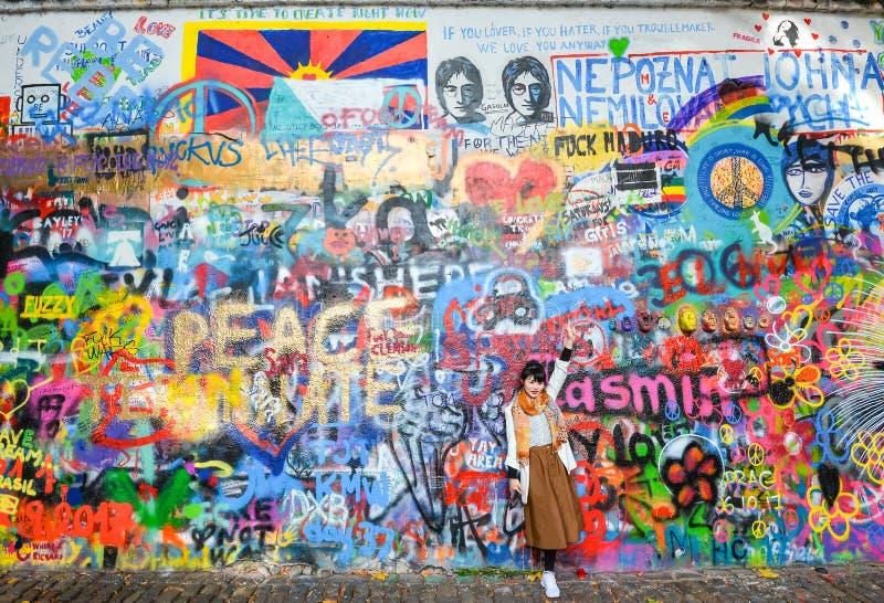 Lennon Wall ou John Lennon Wall, République Tchèque de Prague Depuis les années 1980 c'a été symbole des idéaux globaux tels que  image stock