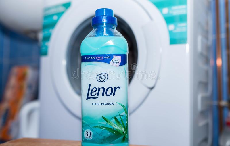 Lenor在洗衣店洗衣机前面的织品调节剂 库存照片