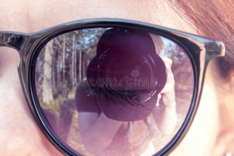 Lens van de camera met een mengsel dat door jongelui wordt gefotografeerd stock afbeeldingen