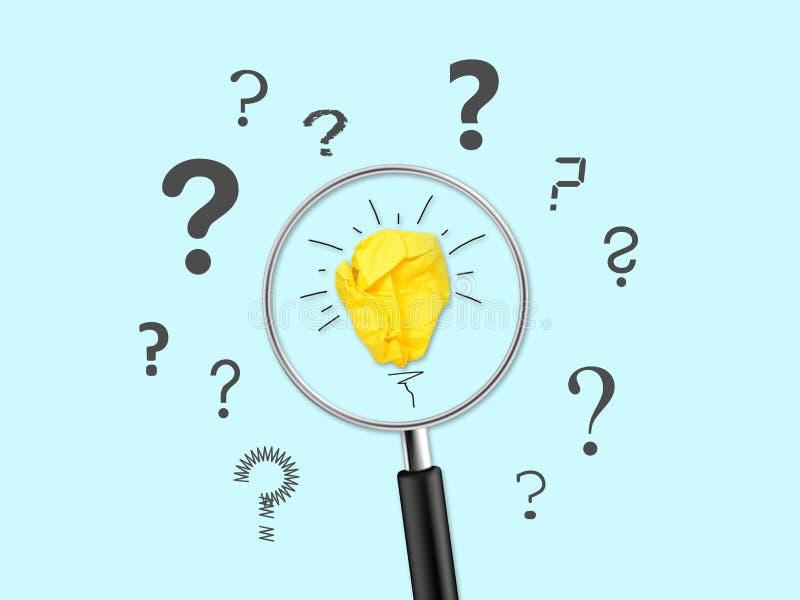 Lente d'ingrandimento con la lampadina di carta sgualcita con la metafora delle etichette di domanda per la buona idea immagini stock libere da diritti