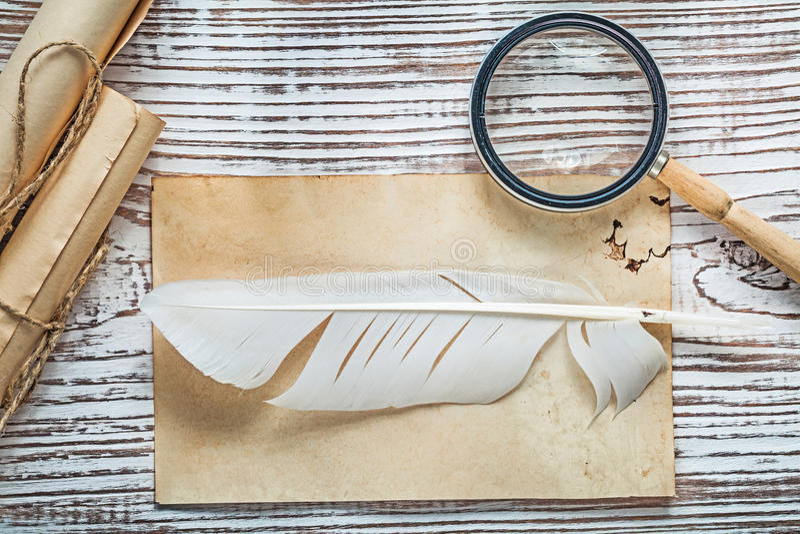Lente d'ingrandimento di carta legata con corde della piuma del rotolo del vecchio strato sull'annata immagine stock