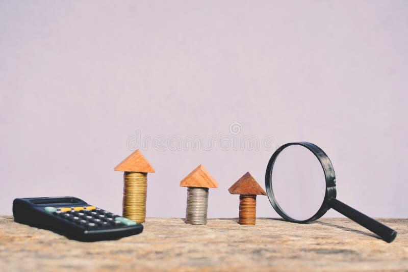 Lente d'ingrandimento e calcolatore della moneta fotografia stock libera da diritti