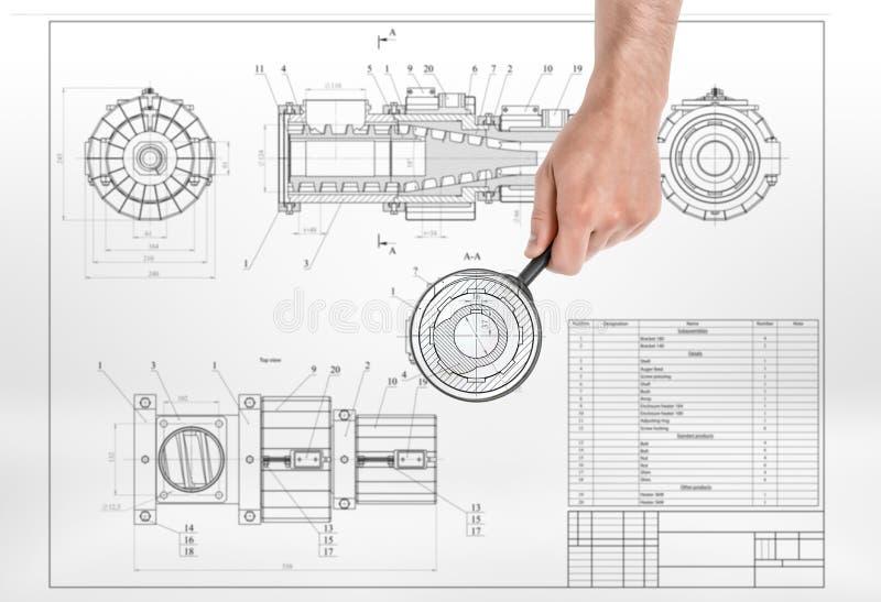 Lente d'ingrandimento maschio della tenuta della mano sopra il disegno di dettaglio immagini stock
