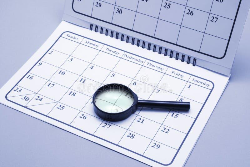 Download Lente D'ingrandimento Sul Calendario Immagine Stock - Immagine di vetro, fuoco: 7317871