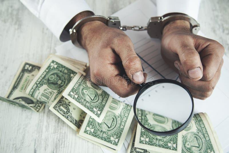Lente de aumento e dinheiro da mão do homem foto de stock