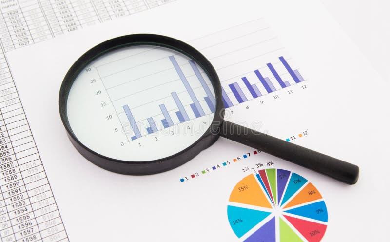 Lente de aumento no fundo do negócio. imagem de stock