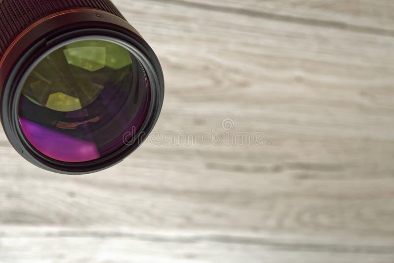 Lente de cámara alineada abajo hacia observador imagenes de archivo