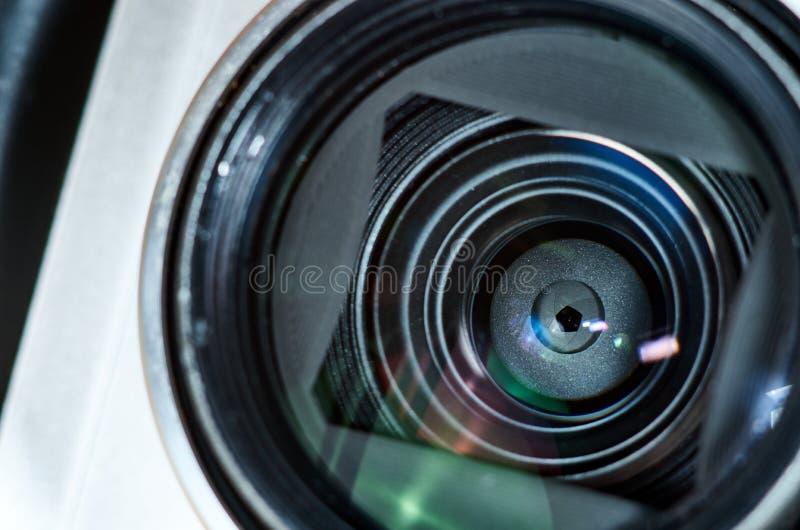 Lente de cámara compacta y mecanismo de las cuchillas de la abertura Reflexiones, llamarada imagen de archivo