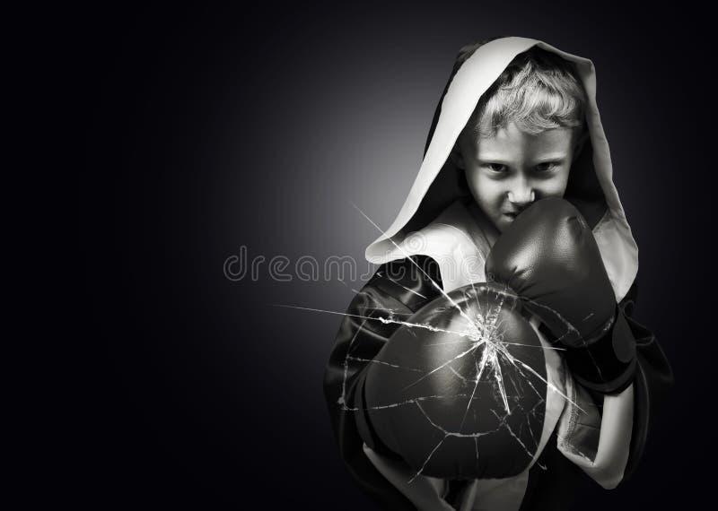 Lente de cámara joven del retroceso del combatiente del boxeador del peligro fotos de archivo libres de regalías