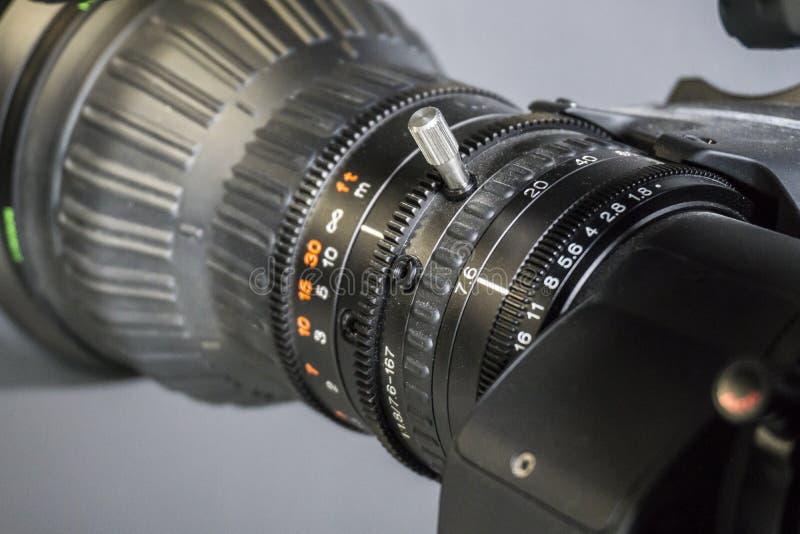 Lente de câmara de vídeo no estúdio da tevê - focalize na abertura da câmera imagens de stock royalty free
