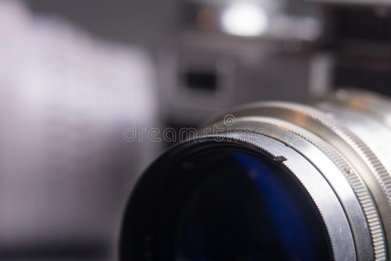 Lente de close-up com a câmera velha do filme foto de stock