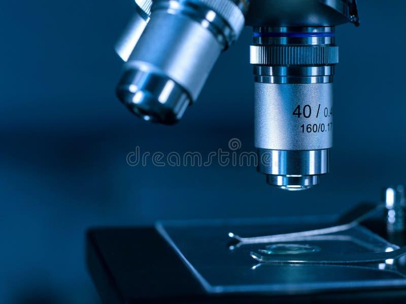 Lente De Primer De Un Microscopio Moderno En Un Laboratorio De ...